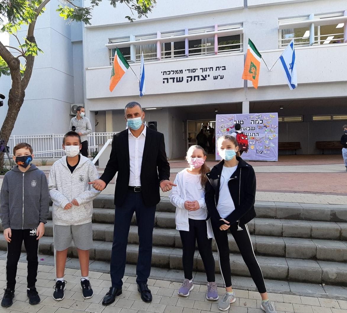 """ראש העיר רפי סער עם תלמידי בי""""ס יצחק שדה"""