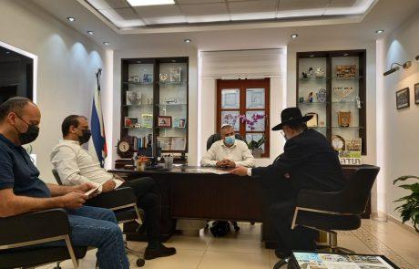 ראש העיר וגזבר העירייה חתמו על מכירת חמץ לקראת החג