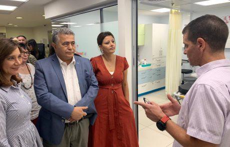 """עמיר פרץ בסיור בבית החולים מאיר בכפר סבא: ״לא יתכן שהמבחן של מנהלי בתי החולים יהיה מידת הכושר שלהם לגיוס תרומות"""""""