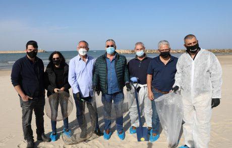 שיתוף פעולה מיוחד בין ראשי רשויות השרון: מאמץ משותף לניקיון החופים שזוהמו בזפת