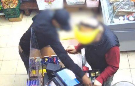צפו בתיעוד המזעזע: מנהל מרכול בן 70 נשדד באכזריות