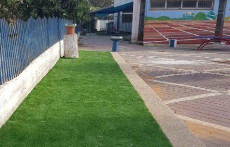 יש ערמה של חבר'ה על הדשא – חולמים על הדשא הסינתטי המושלם? כך תבחרו נכון