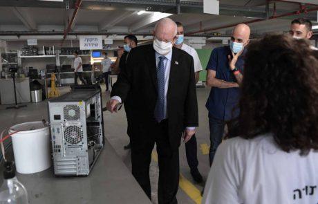 """נשיא המדינה ביקר במעבדת מיזם """"מתחשבים"""" בחברת ווסטרן דיגיטל בכפר סבא"""